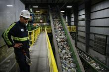 Рабочий на завод сортировки вторсырья