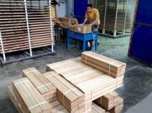 855/9 Работники на линию  деревянных элементов