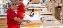 Работник на мебельной фабрике