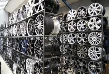 Рабочий на погрузку автомобильных дисков BMW