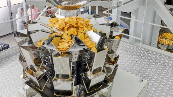 мужчины на упаковку чипсов