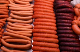 Работник фабрики колбасно куринных мужчин и женщин